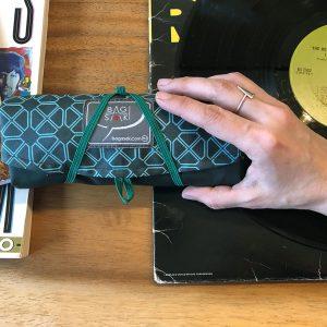 72_grand Bagasak_plié dans la main_vert forêt_diamant_disques vinyles_sac à livres réutilisable